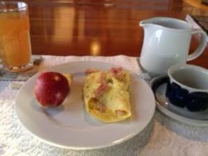 Ham omelette w: cider + apple