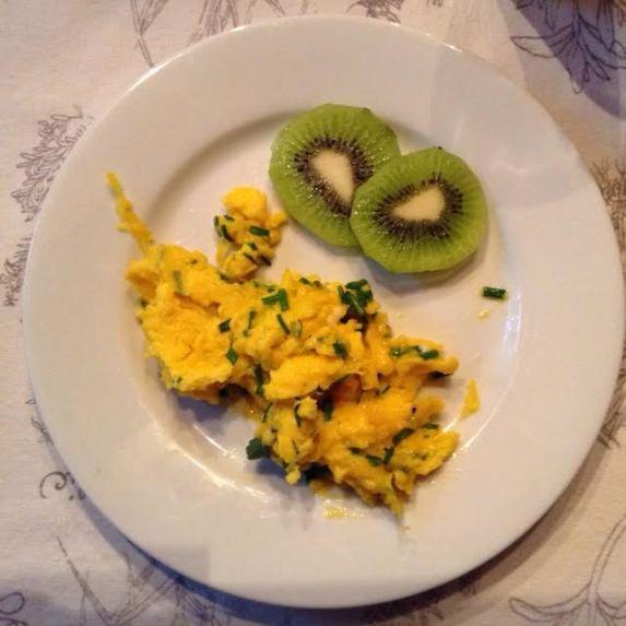 Parmesan-Chive Scramble w: kiwi